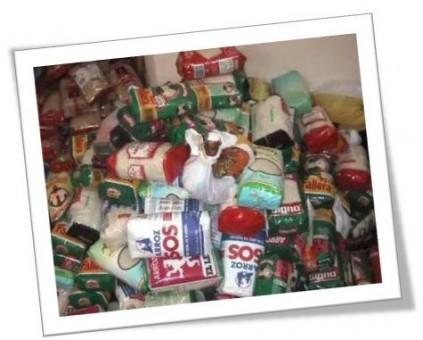 montaña de alimentos para la campaña de navidad
